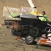 Rennfahrer rastet nach Unfall aus