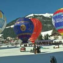 Bunte Ballons vor Bergkulisse