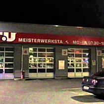 Polizei-Aufgebot vor ATU in Feldkirch, Fahndung mit Spürhunden