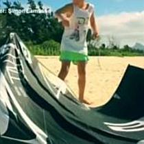 Kleiner Kitesurfer fliegt wie ein Großer