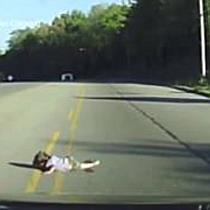 Kind fällt hinten aus Kleinbus heraus
