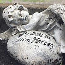 Spielzeug von Kindergrab verschwunden: Mutter Jenny Novak verzweifelt