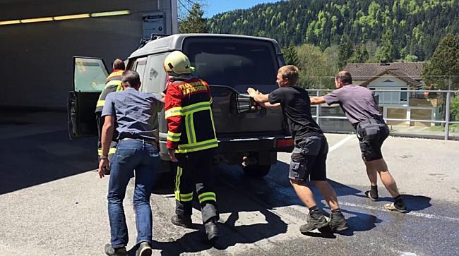Fahrzeugbrand bei Tankstelle in Alberschwende