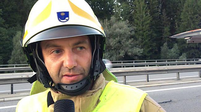 Frastanz: Lkw hängt nach Unfall in Brückengeländer