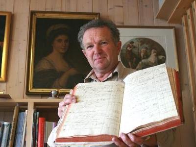 Wendelin Hammerer in seinem Privatarchiv in Großdorf