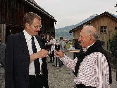 Bgm. Armin Berchtold stößt mit Adolf Vögel auf die gelungene Ausstellung an.