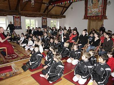 Die interessierten jungen Karatekas beim Vortrag des 'Lama'-(Lehrers) Helmut.