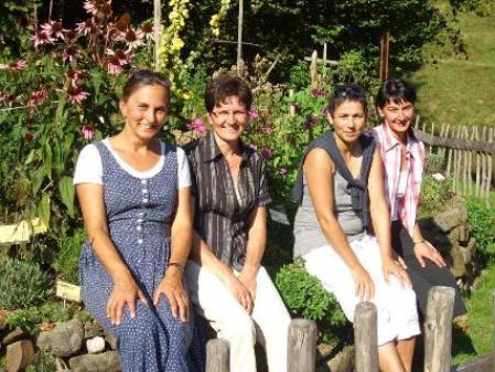 Frauen aus Au im Kräutergarten