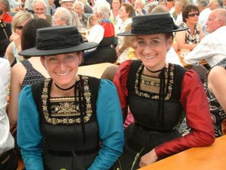 Sandra und Veronika Nußbaumer kamen in Tracht zur Eröffnung