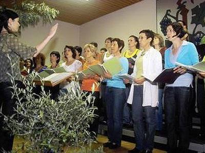 Stimme zeigten die Sänger(innen) beim Gemeinschaftskonzert in Röns.