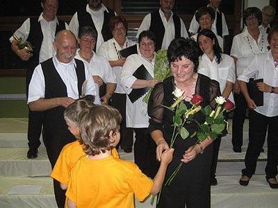 Von den Kindern des Kiki-Chores gab es für Erni Verhounig zum Abschied Rosen.