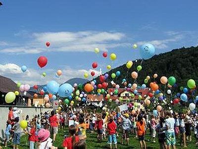 250 Luftballons stiegen in den Himmel.