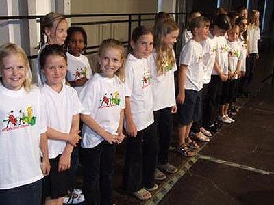 Begeisterte junge Chorsängerinnen.