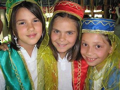 Gamze, Bircan und Aysun von der Ergenekon Folklör Tanzgruppe