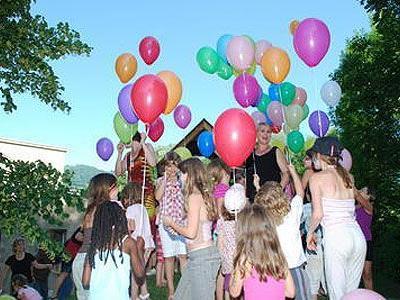 Jedes Kind lässt seinen Luftballon steigen.