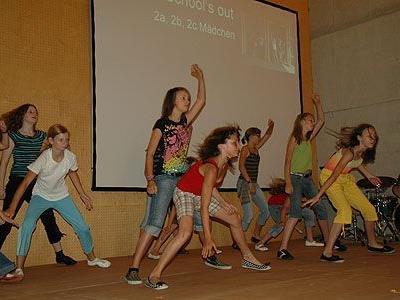 Moderne Tänze wurden von Regina Schneeberger für die Zeugnisfeier einstudiert.