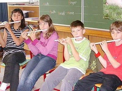 Schüler spielten auf selbst hergestellten Instrumenten.