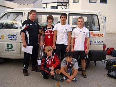 Trainer Roland Gehrke, Johannes L., Ilias M. und Philip G.; sitzend v. l.: Stefan H. und Elsbek M.