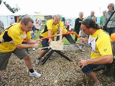 Voller Einsatz der Teilnehmer ist beim Baumstammsägen gefragt.