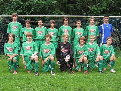 Stolz präsentiert sich die U15-Mannschaft im neuen Dress.