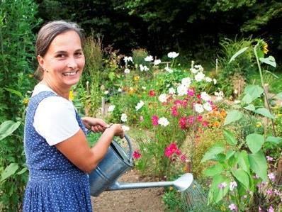 Annemarie Bär in ihrem Kräutergarten