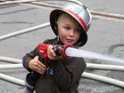 Der kleine Feuerwehrmann ist mit Begeisterung bei der Sache