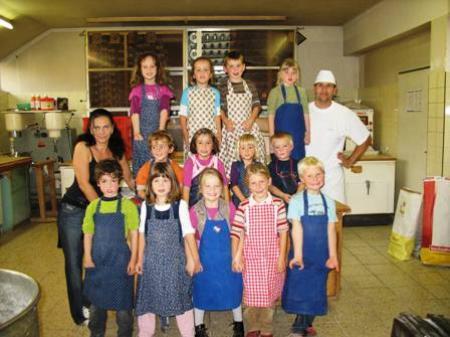 """Die """"Kindergärtler"""" fühlten sich in der Backstube der Bäckerei Fetz wie zuhause."""