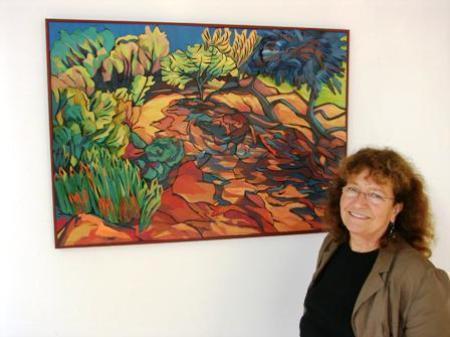 Gudrun Gstach mit einem Ihrer Farbschnittbilder
