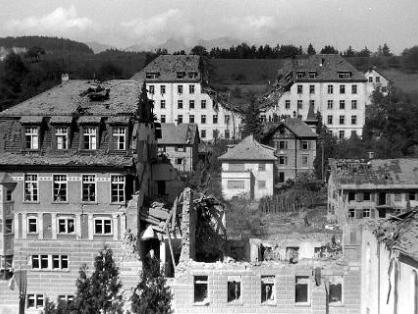 """Im Vordergrund das zerstörte Schülerinnenheim der LBA, im Hintergrund das in der Mitte getroffene Lazarett """"Antoniushaus""""."""