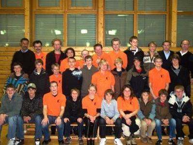 AKA U15 Mannschaft mit Trainern und Theatergruppe Nofels.
