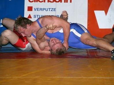 Christian Schedl gewann gegen Rothschedl auf Schulter.