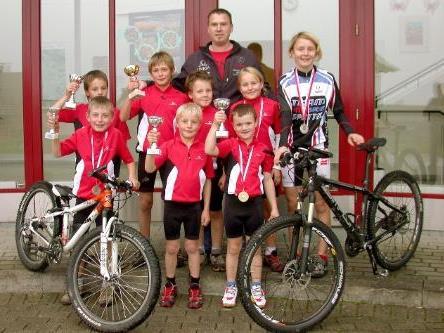 Das erfolgreiche Mountainbike-Rennteam des WSV Sibratgsfäll mit Trainer Hubert Nußbaumer.