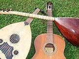 Jasmine Sönser und Aydin Balli stellen türkische Instrumente vor.