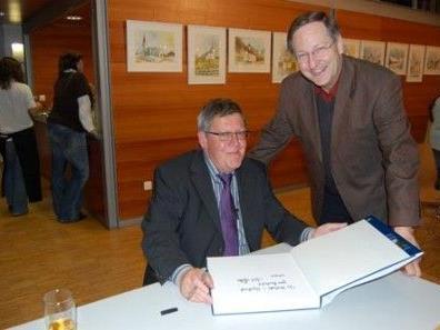 Kurt Huber bei der Signierung seines Buches für Pfarrer Mag. Wilfried Blum.