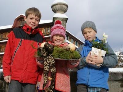 Lena Peter hat mit ihren Brüdern einen Adventkranz gebastelt.