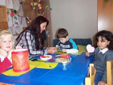 Miguel, Corinna und Yasmin bereiten sich auf das Martinsfest vor.
