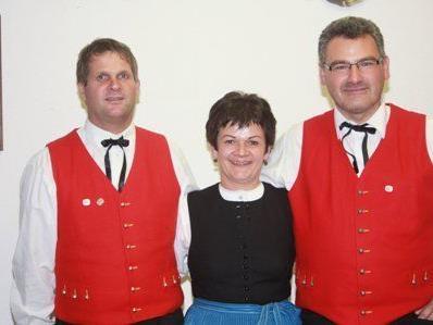 Obfrau Ulrike Bitschnau mit den beiden Geehrten bei der Jahreshauptversammlung der Trachtengruppe Vandans.
