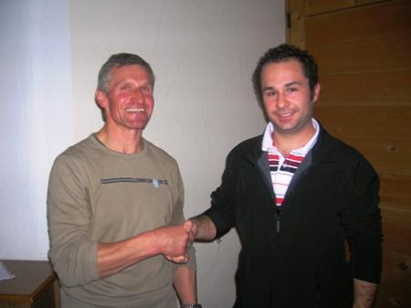Obmann Josef Neßler begrüßt Emanuel Bitschnau im Verein.