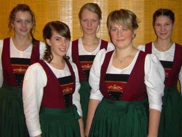 """Stolz präsentierten die Riefensberger Musikantinnen ihr neues """"Musig-Dirndl""""."""