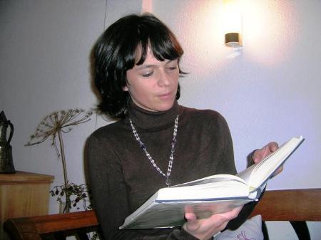 Trixi Schwärzler blättert im alten Heimatbuch