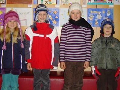 Caterina, Verena, Lilli und Laurenz sind stolz auf ihre Weihnachtsbilder.