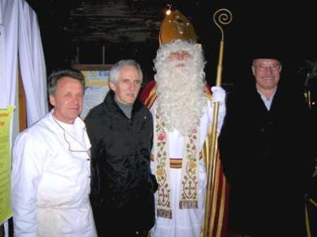 Der Nikolaus überreichte Elmar Stüttler (2.v.l.) die großzügige Spende.