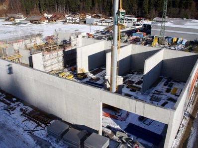 """Die Bauarbeiten am Biomasse-Heizkraftwerk """"Naturwärme Montafon"""" laufen auf Hochtouren."""