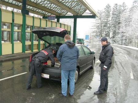 Die Beamten der Finanzverwaltung kontrollieren ein Fahrzeug am Zollamt in Meiningen.
