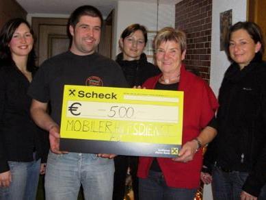 Gerda Madlener vertrat den Mobilen Hilfsdienst und durfte den Scheck über 500 Euro entgegennehmen.