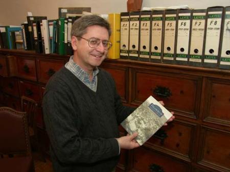 Stadtarchivar Christoph Volaucnik zeigt das mit Manfred A. Getzner gestaltete Buch.