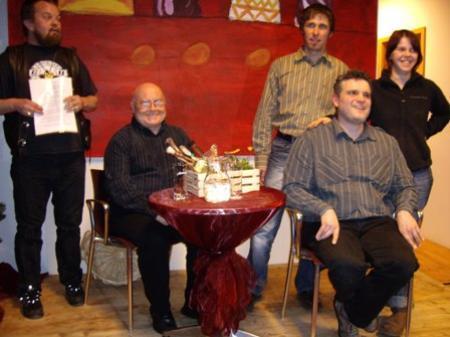 Sunnahofdichter Wolfgang, Manfred Schuler und George Nussbaumer (sitzend), Sunnahof-Geschäftsführer Thomas Lampert und Hofsprecherin Sabrina (v.l.)