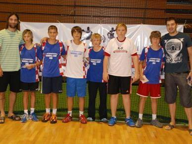 Die Weltklasse-Handballer Ivano Balic und Petar Metlicic mit den HCB-Jungs.