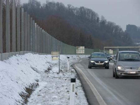 Fast fertig ist die neue Lärmschutzwand an der Rheintalautobahn in Koblach.