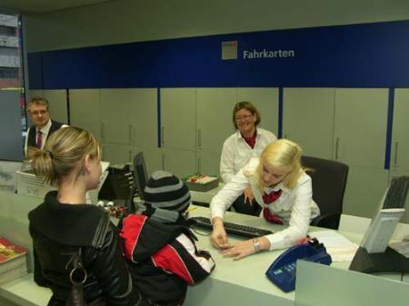 """Von """"Mobilitätsservicekaufmann/-frau""""/Reiseberater Lehrling Sabrina werden auch die kleinsten ÖBB-Kunden zuvorkommend bedient."""